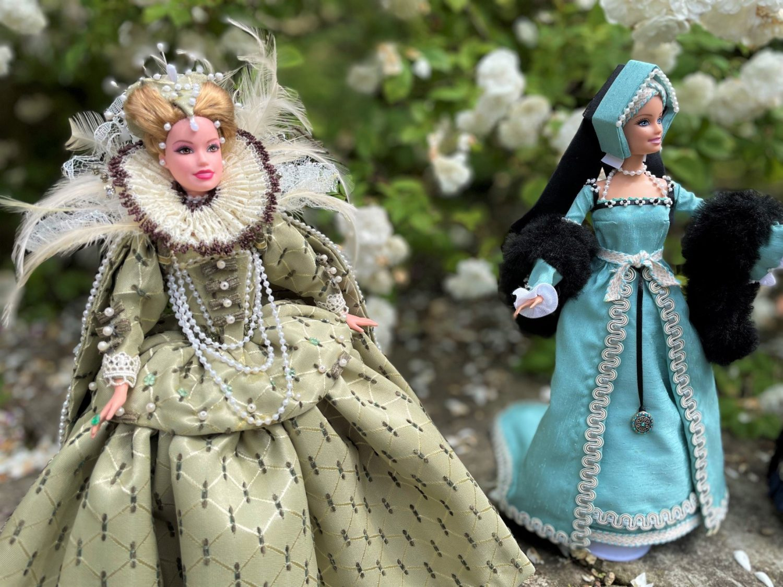 Dolls dressed as Queen Elizabeth 1 and a Tudor lady