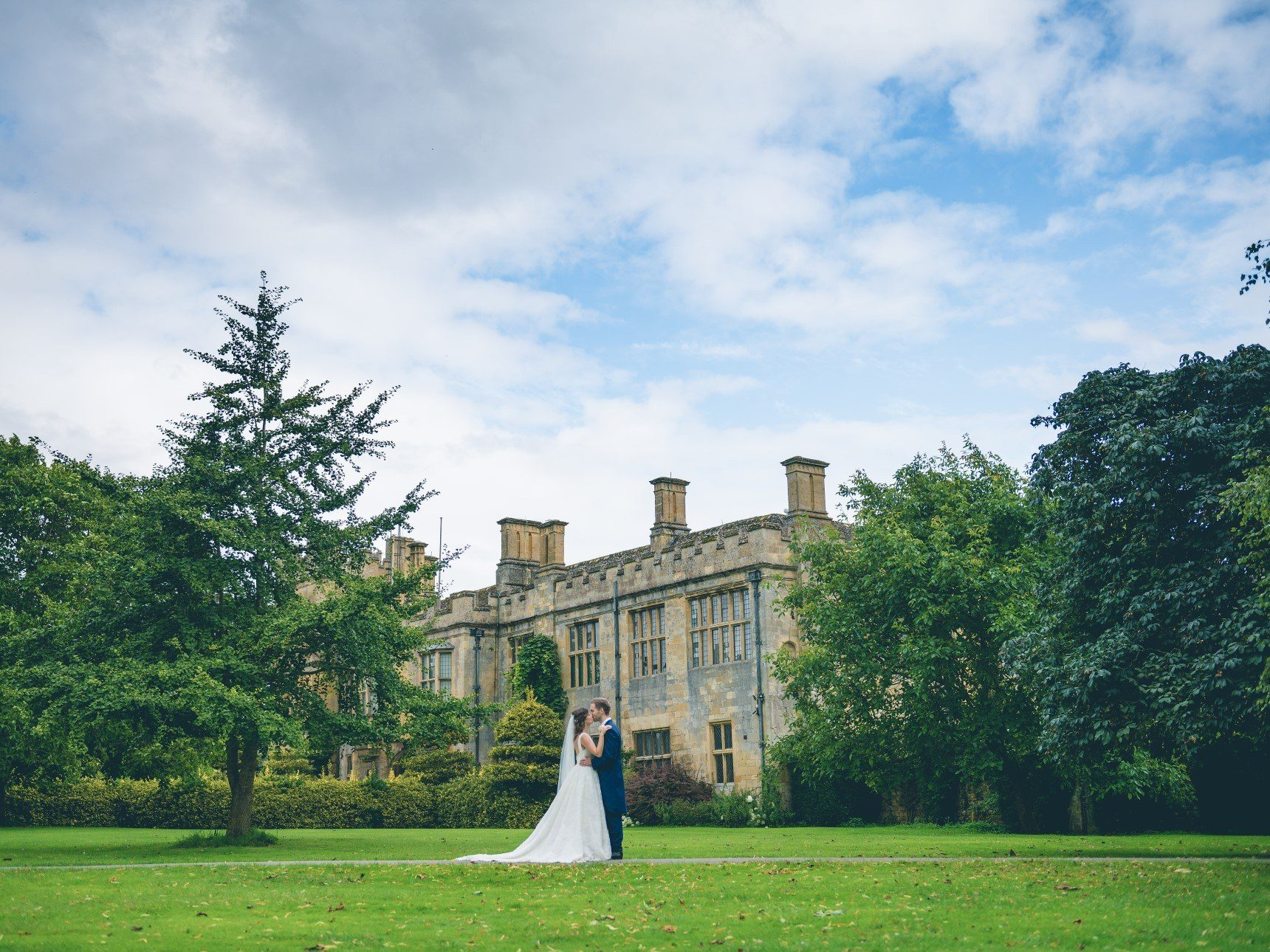 Wedding couple in front of Sudeley Castle